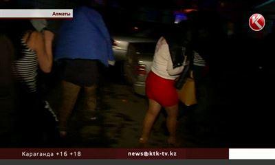 Проститутка лижет очков