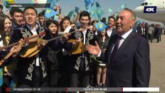 Назарбаев жастармен қосылып ән шырқады