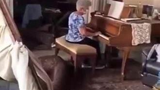 Жительница Бейрута растрогала сеть игрой на пианино в разрушенном доме