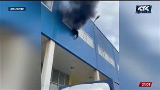 Крупный пожар в Нур-Султане: из окна горящего ТЦ выпала девушка