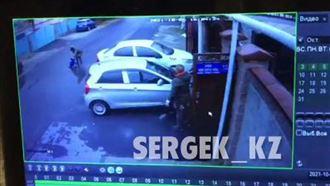 Полиция Алматы проверяет видео, на котором женщина отнесла и бросила ребенка прямо на дорогу