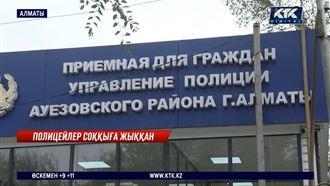 Полиция қызметкерлері Өзбекстанның этникалық қазағын аяусыз тепкілеген